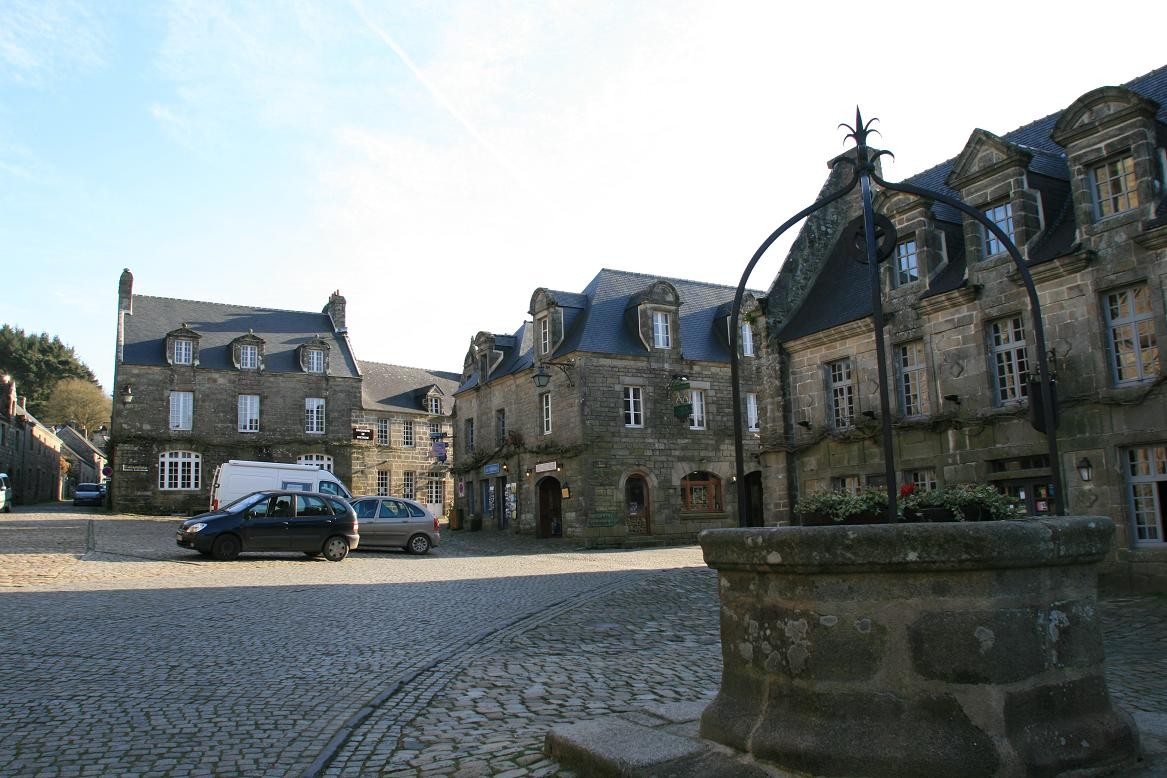 Locronan which owes its wealth to the weavers ©moulindebeuzidou