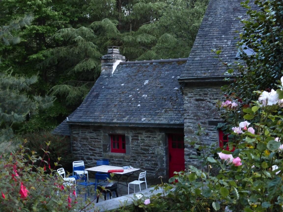 L'arrière du moulin et sa terrasse au bord du bief ©moulindebeuzidou