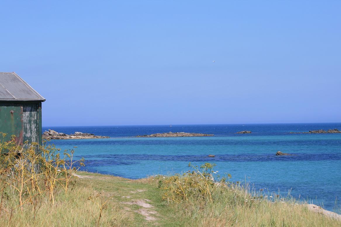 Sous le soleil les eaux de la Manche prennent des reflets de mer du Sud©moulindebeuzidou