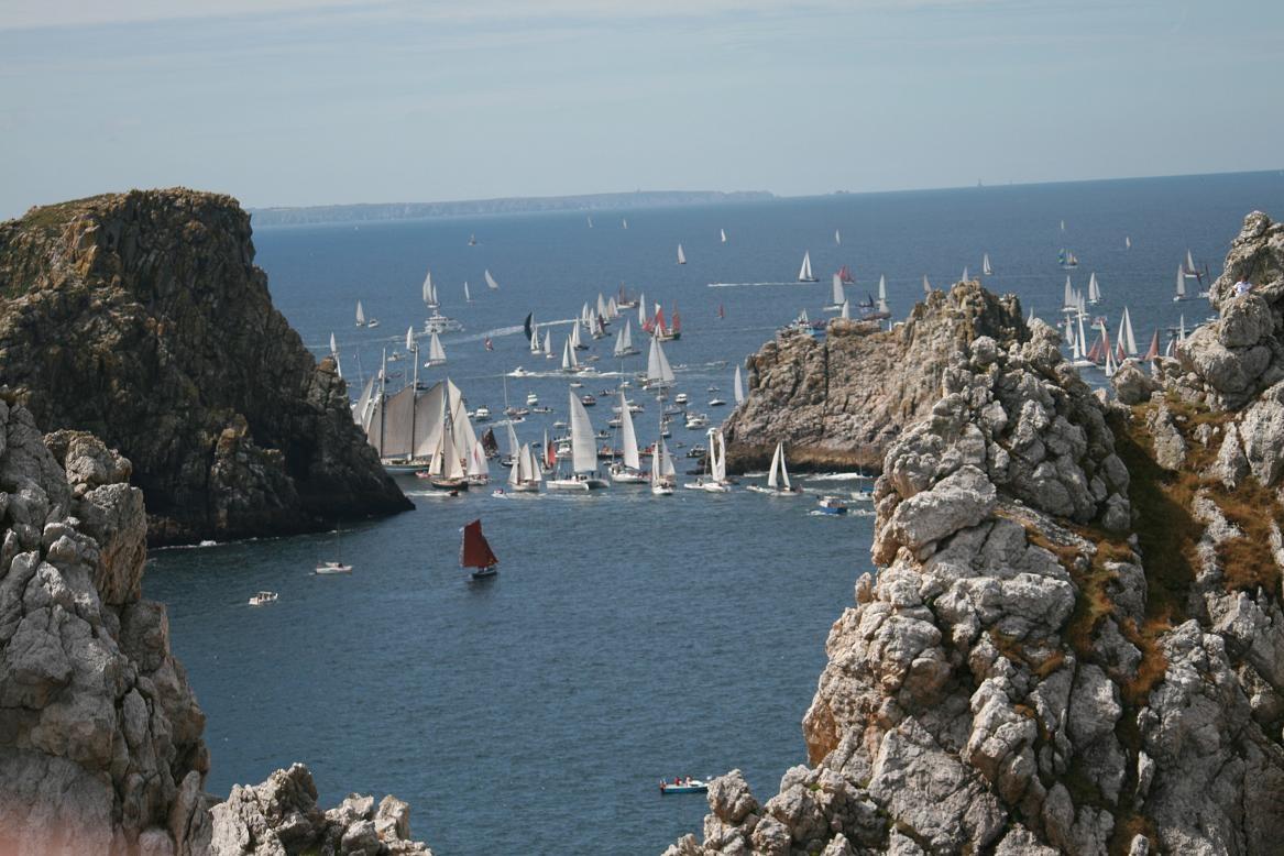 Crozon peninsula, parade of tall ships between the Tas de Pois ©moulindebeuzidou