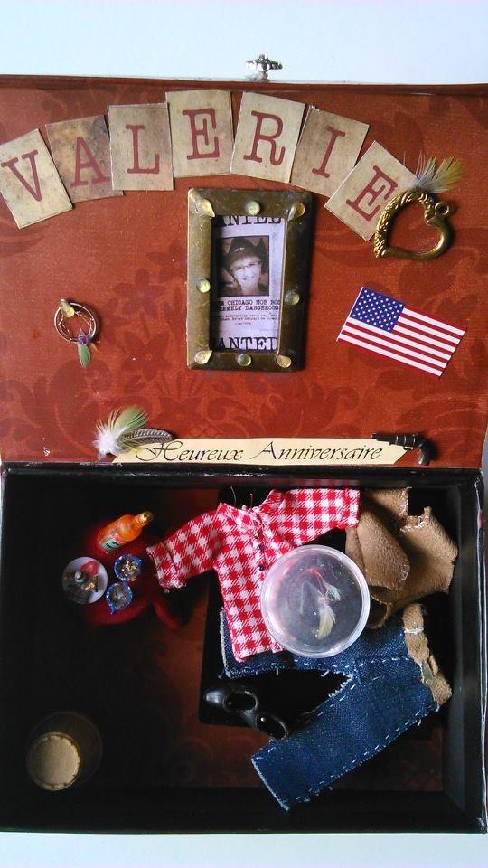 dans une boite à photos, pantalons, chemise, pantalon,tablechapeau ... tout pour les cow boys