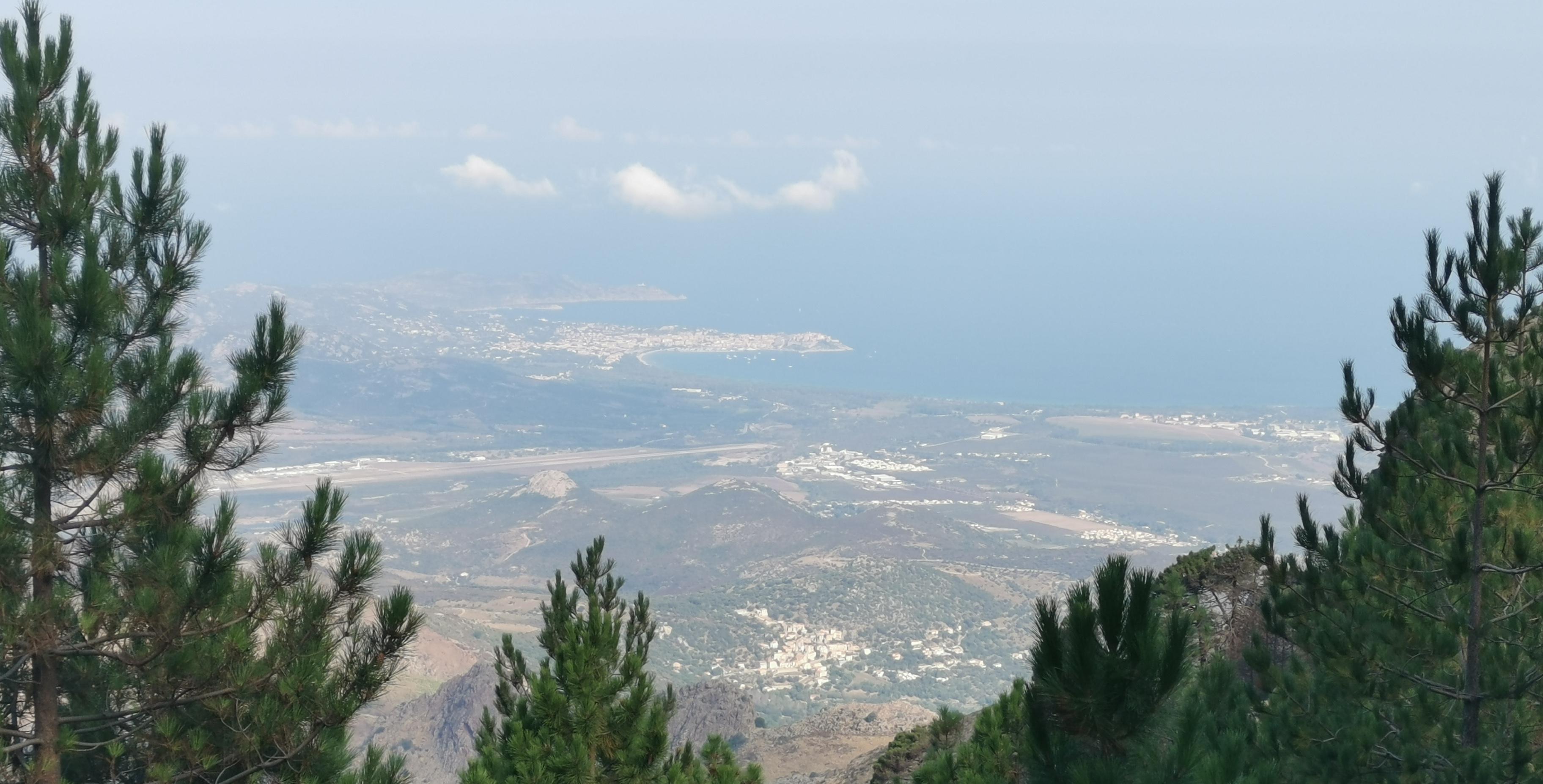 vue sur Calvi, la piste d'atterissage de Calvi, et Calenzana