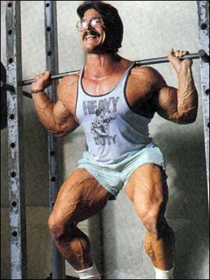 Mike Mentzer bei einer Langhantelkniebeuge. Abgerufen am 05.11.2019 unter http://baye.com/wp-content/uploads/2009/01/mike-mentzer-barbell-squat.jpg