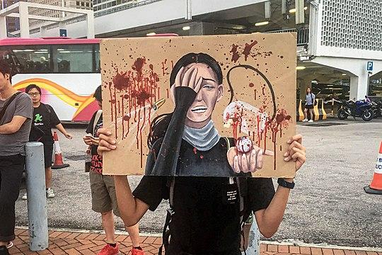 8月11日に警官隊の発射したビーンバッグ弾で目を撃たれ失明した女性抗議者を表す芸術。