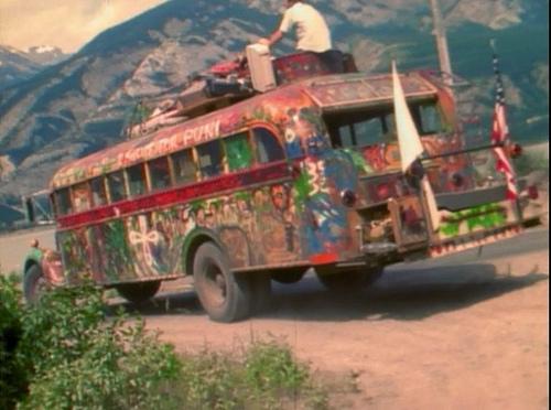 サイケデリック調にペイントされたスクールバス「ファーザー」外観。