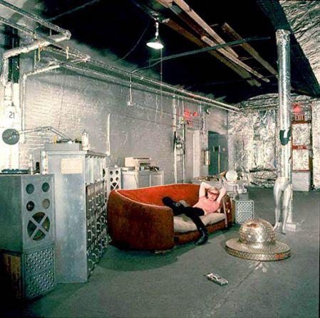 部屋全体は銀色でおおわれ、中央にウォーホルが寝そべる赤いカウチがある。