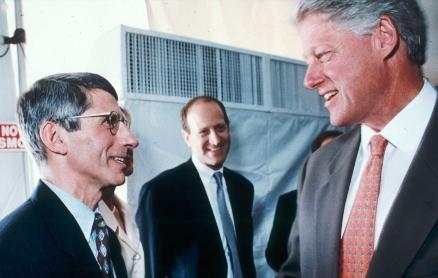 1995年、NIHを訪れたビル・クリントン大統領はファウチからHIV/AIDS研究の最新情報を聞いた。