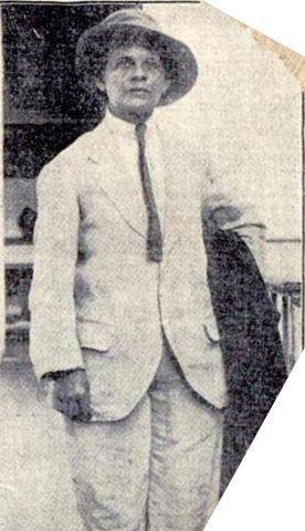 男装するルイサ・カペティージョ。