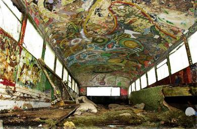サイケデリック調にペイントされたスクールバス「ファーザー」内部。