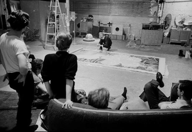 カウチからの風景。おもにシルクスクリーン作品をアートワーカーを使って制作していた。これはのちの村上隆の「ヒロポン・ファクトリー」や「カイカイキキ」のルーツである。