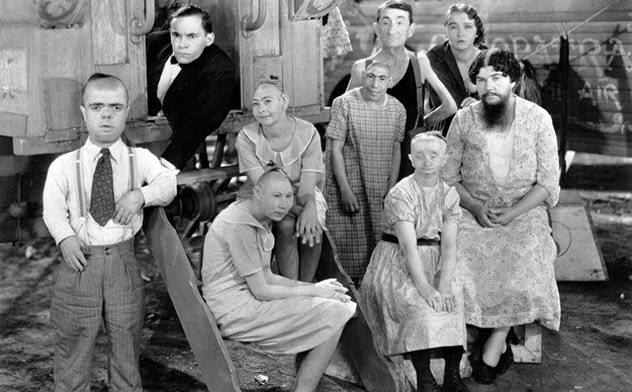 映画『フリークス』に登場した障害者たちの集合写真。