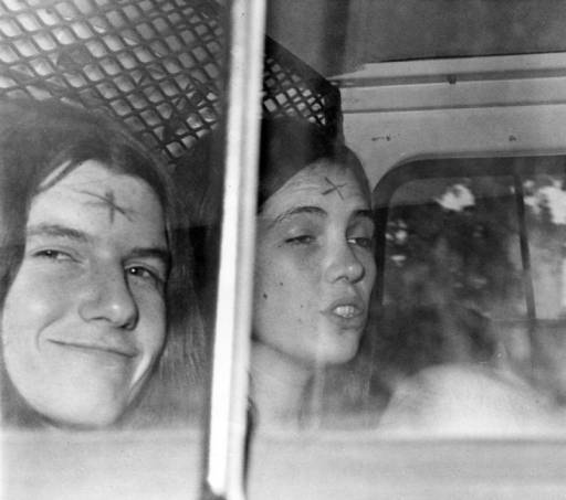 額にXの文字が刻まれたパトリシア・クレンウィンケル(左)