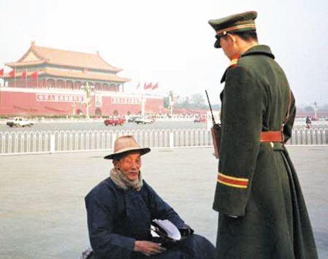 天安門広場に座る法輪功信者。Wikipediaより。