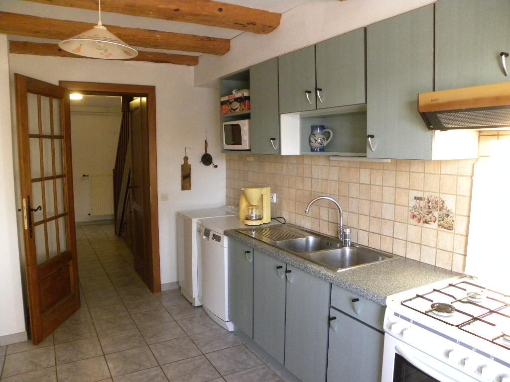 Cuisine puis corridor avec escalier pour accéder aux chambres