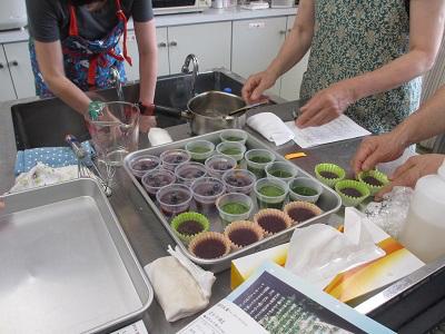 抹茶水羊羹とブルーベリー&サイダー羹が全部できたグループから冷蔵庫へGo!