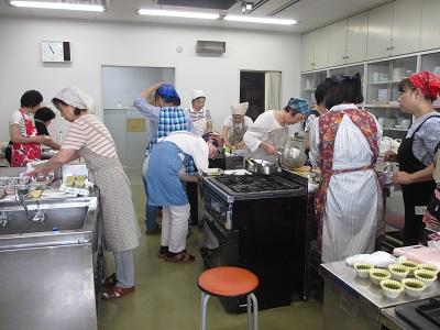 4人でひと組の調理台が全部で4台です。