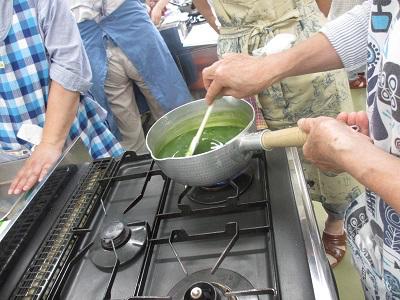 抹茶は茶道のお手前で使う本格抹茶を使用。
