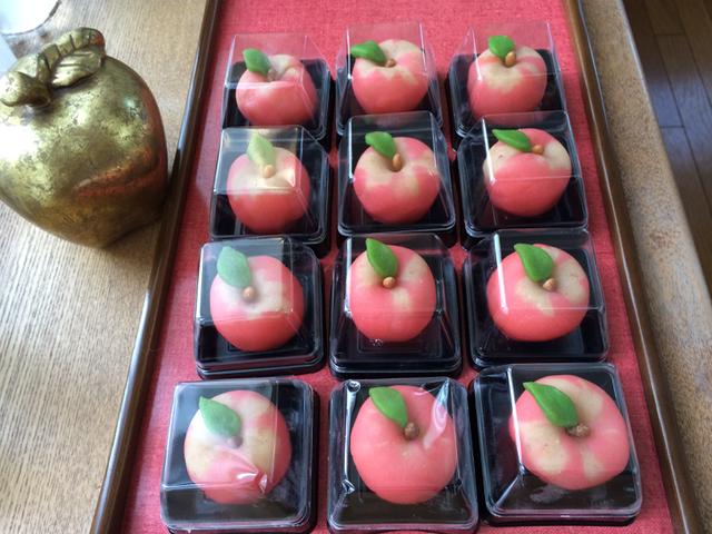 りんご餡をたっぷり使った上生菓子(練り切り)です
