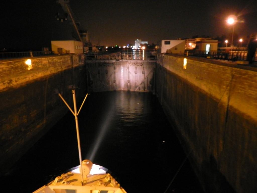 Passaggio della diga di Assuan in notturna