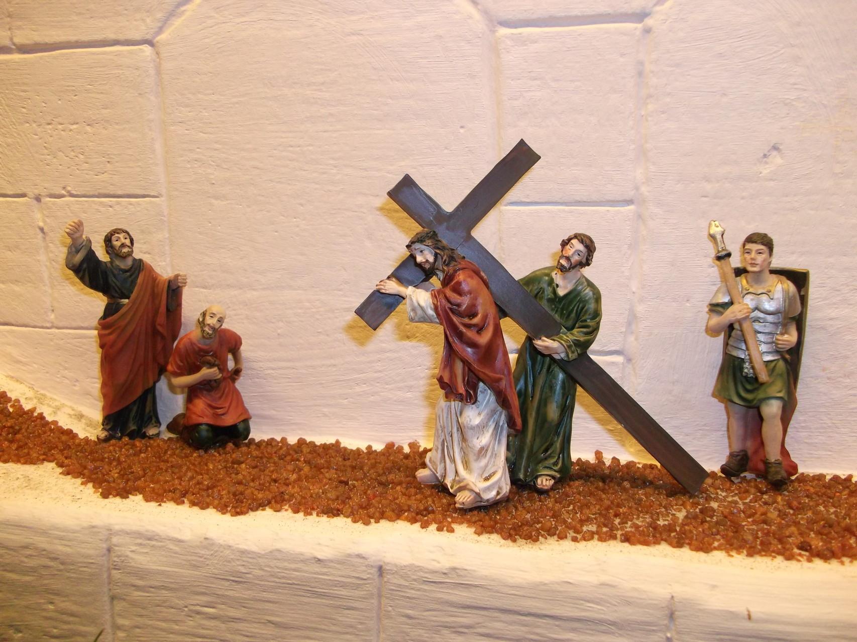 Simon von Zyrene hilft Jesus das Kreuz tragen