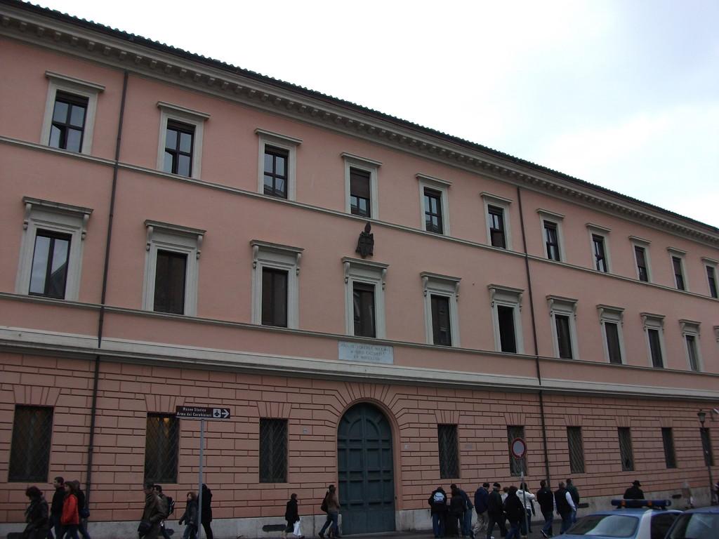 Здание, где живут швейцарские гвардейцы в Ватикане