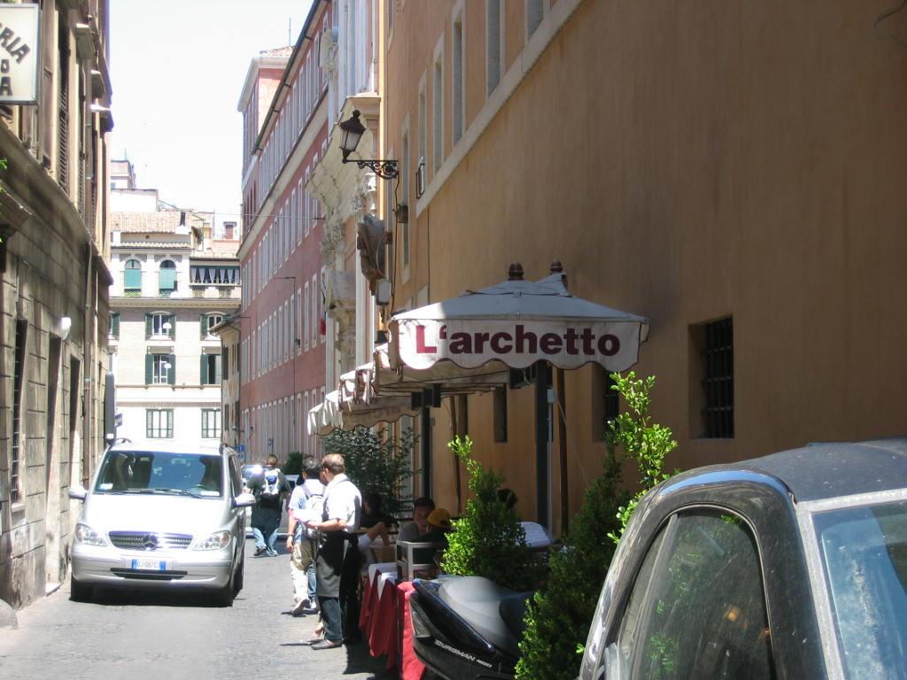 Ресторан на узкой улочке