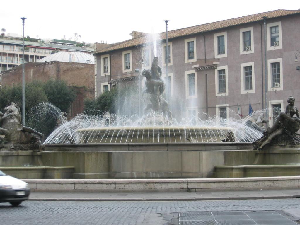 Фонтан наяд на площади республики