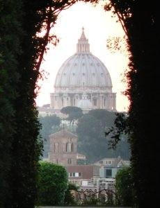 Вид  на купол св. Петра через замочную скажину на Авентинском холме