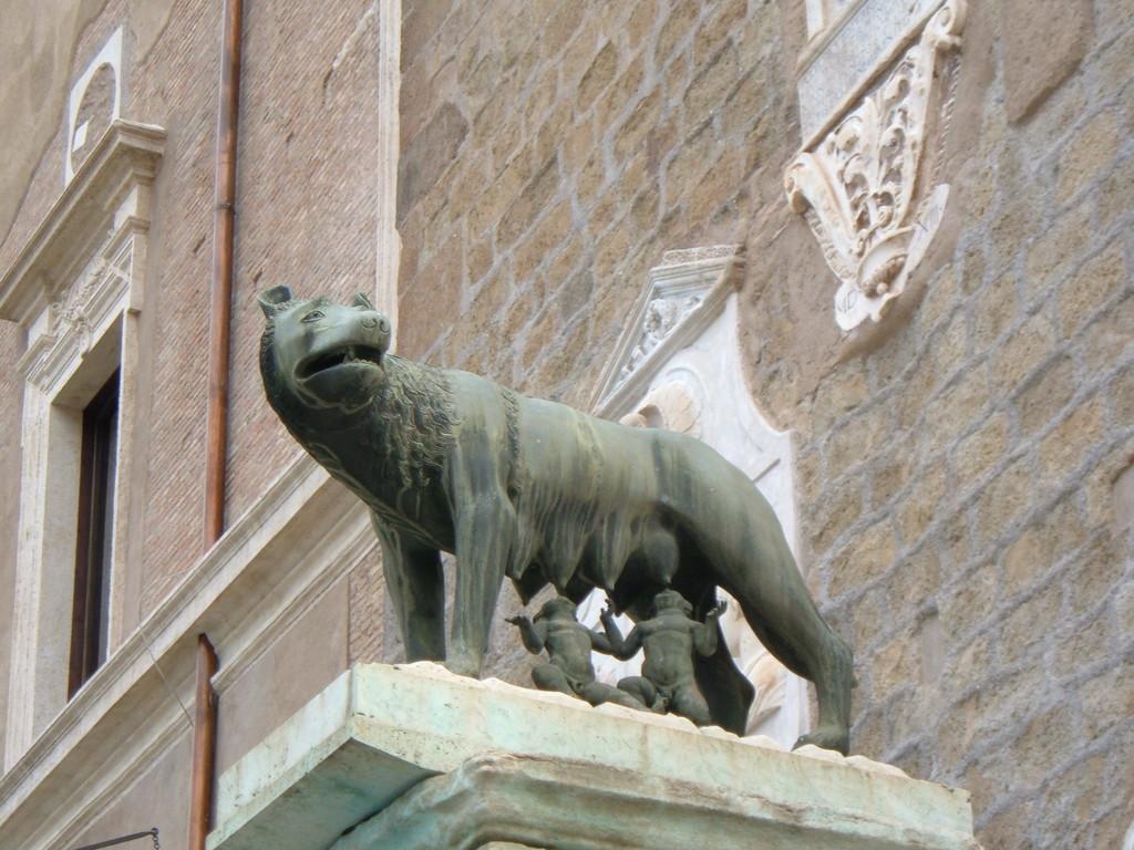 Символ Рима - волчица и братья близнецы Ромул и Рэм