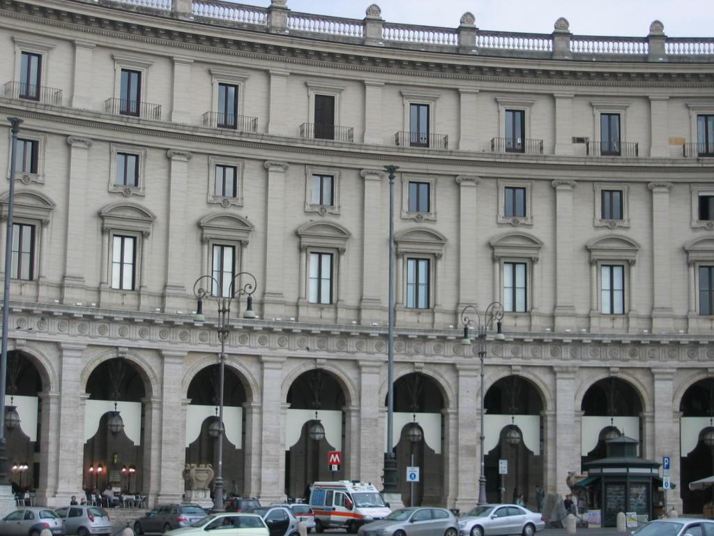 Отель Exedra на площади Республики
