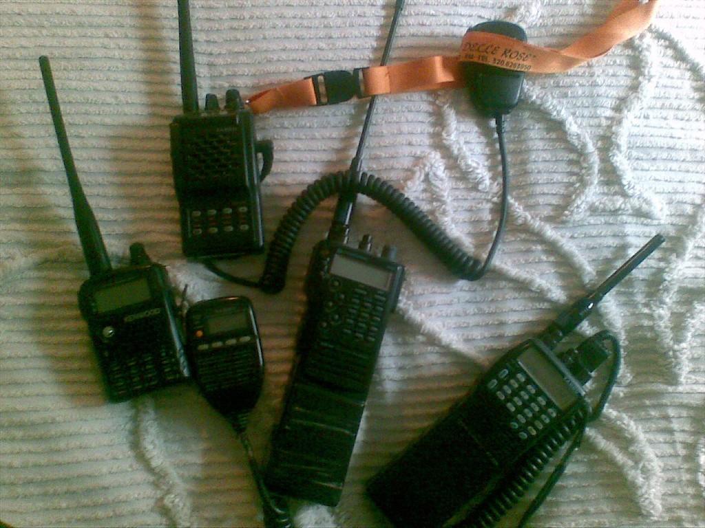 SERIE DI APPARATI PORTATILI VHF/UHF