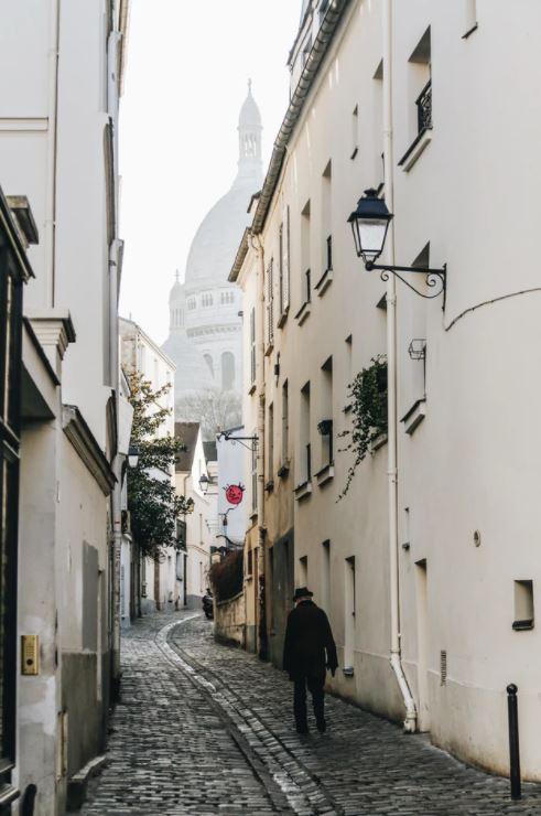 petite rue pavée pour cyclistes à paris