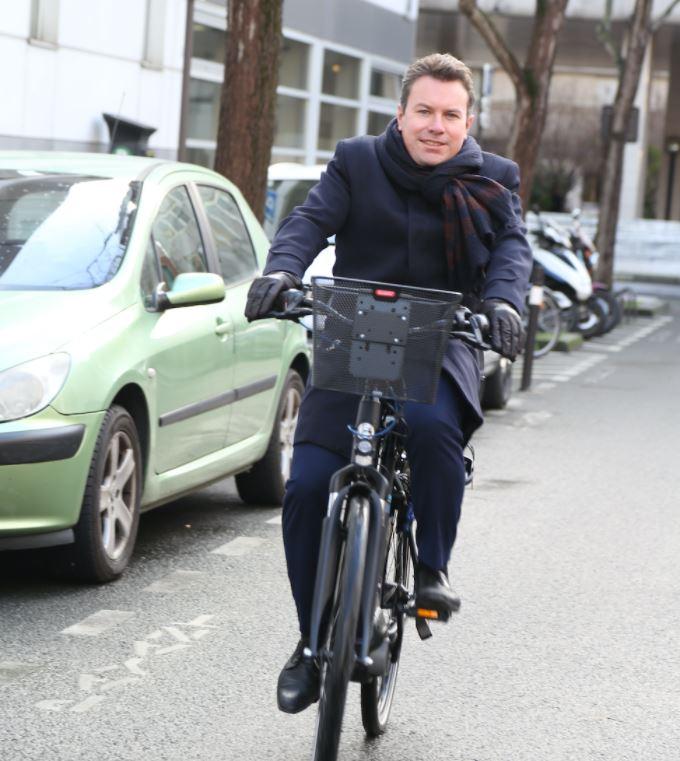 Député à vélo électrique