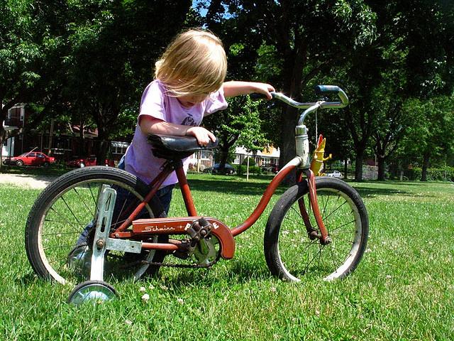 vélo pour enfant rouge dans un parc