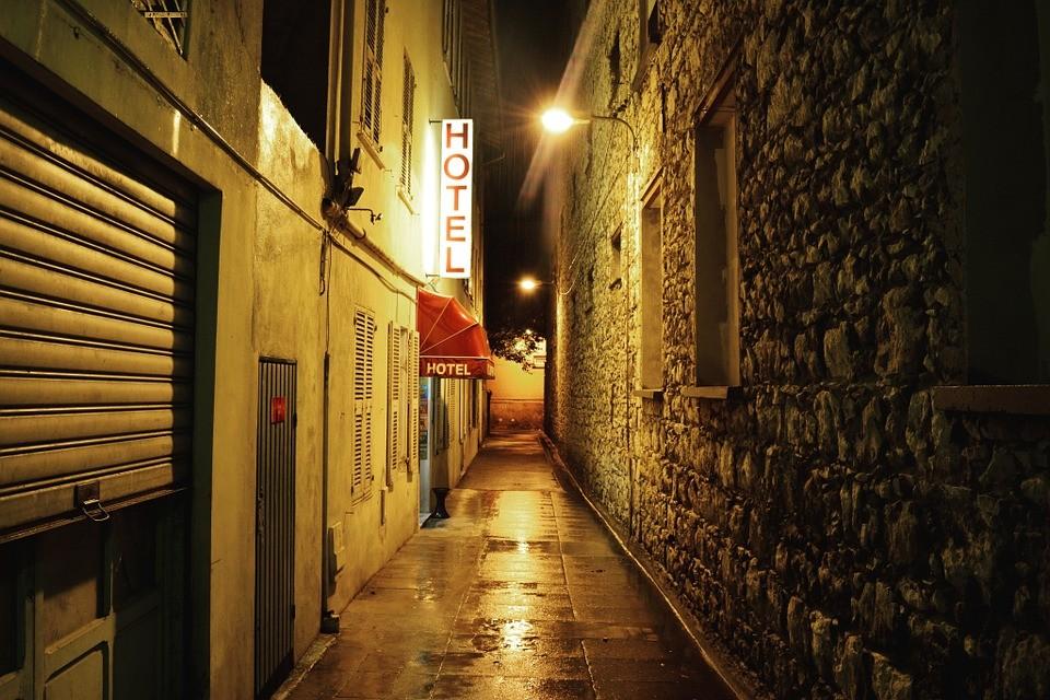 rue deserte hotel la nuit