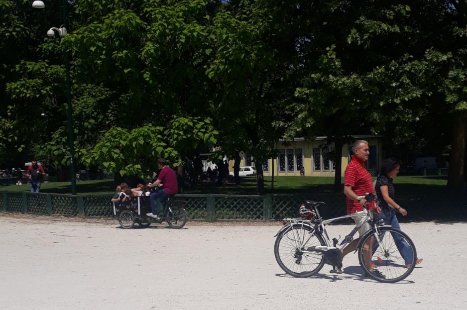 velo cargo dans un jardin à Milan