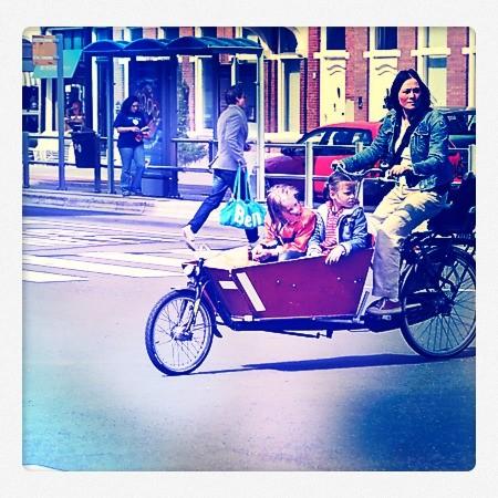 famille dans un vélo cargo en hollande