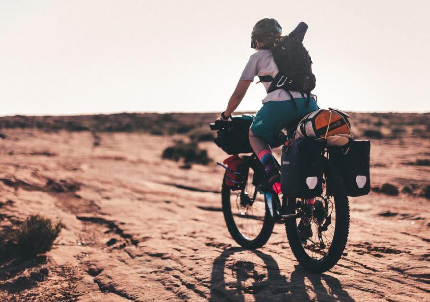 Femme en voyage à vélo