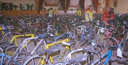 bourse aux vélos dans gymnase