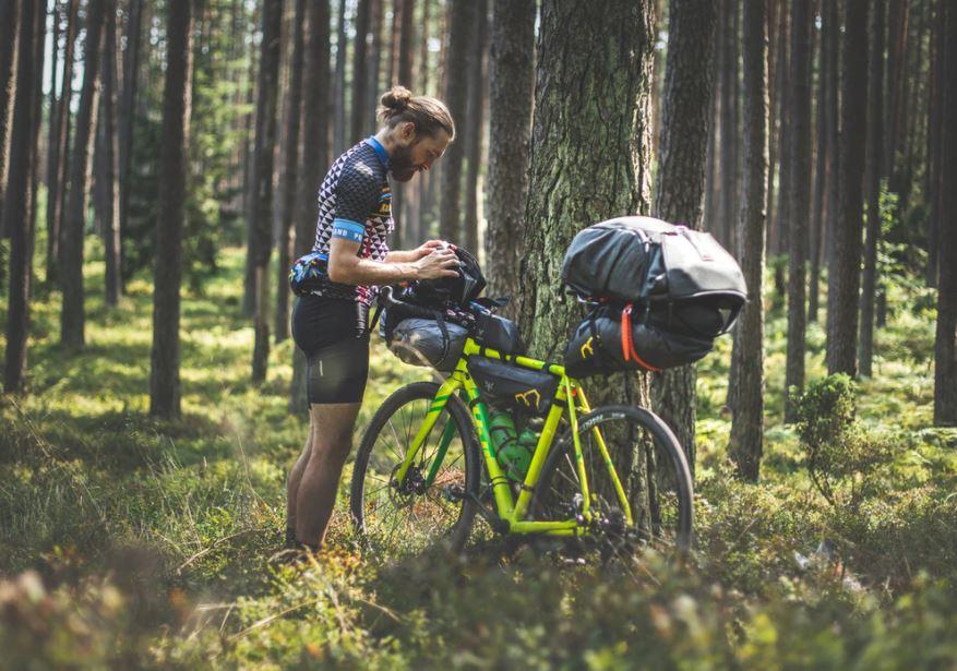 homme en plein bikepacking
