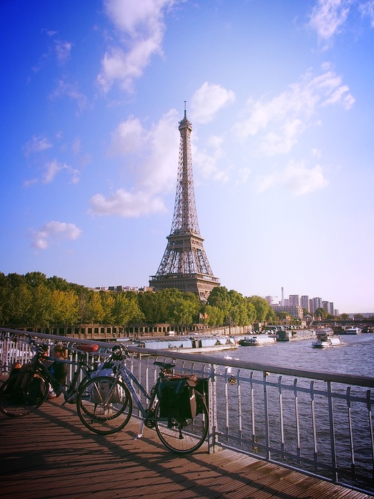 vélo de cyclotourisme sur un pont à Paris devant la Tour Effel