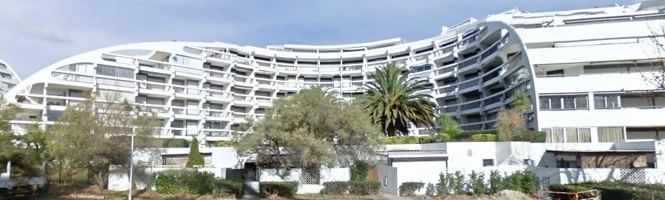 Résidence façade côté mer, l'appartement se trouve en rez-de-jardin et est surélevé par rapport à la rue.