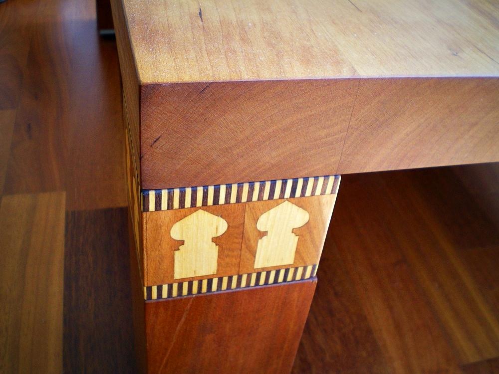Beistelltisch in Kirschholz mit entworfenen, intarsierten Beinkapitellen