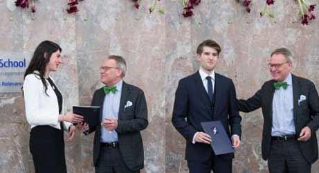 Preisträger Polina Sorokina (l.) und Hendrik Ralph Keith mit Dr. jur. Jürgen Ziebe