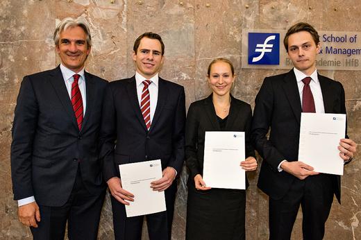V.l.n.r.: Tilman Wittershagen (links) überreichte als Vorsitzender des Beirats der Interessengemeinschaft Frankfurter Kreditinstitute GmbH die Förderpreise an die Jahrgangsbesten. Diese sind (v.l.n.r.): Jonas Venema (3. Platz), Billie Kaufman (2. Platz) u