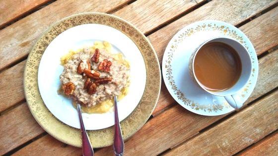 Foto von Hafer-Porridge auch Bananenbeet mit Pekanüssen und Milchkaffee