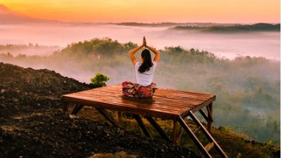Meditierende Frau in der Natur