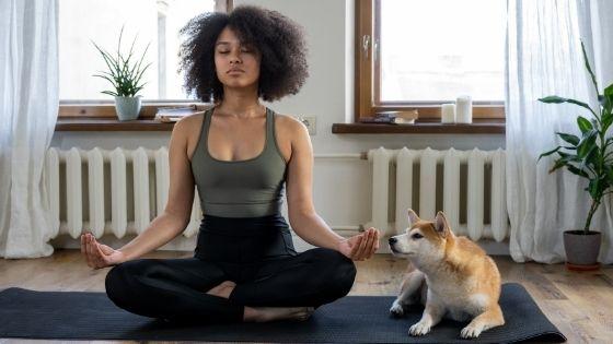 Meditierende Frau mit Hund
