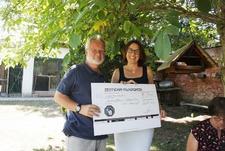 Elisabeth Leix vom Deutschen Falken-orden überreichte Ulrich Leicht einen Scheck in Höhe von 1000 Euro