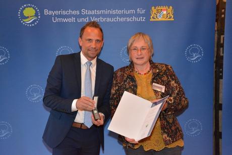 """Der bayerische Umweltminister Thorsten Glauber hat jetzt Annette Beuerlein aus Dörfles-Esbach für ihr Engagement im Naturschutz ausgezeichnet und sie mit dem """"Grünen Engel"""" geehrt. (c) StMUV"""